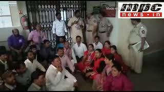 MPC News/ Pimpri मनसेचे खड्ड्यांन विरोधात महापालिका मुख्यालयात आंदोलन