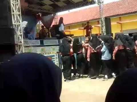 MiaSKAone  Bertabur sepi cover -Acara pelepasan kelas 12 SMA N 1 Banjarharjo. 19 April 2018