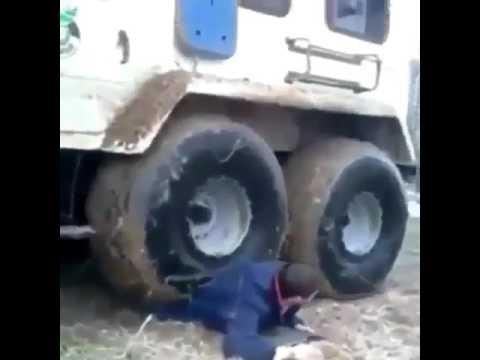 Coba liat apa yang terjadi dengan nasib orang ini, berani atau bodoh?