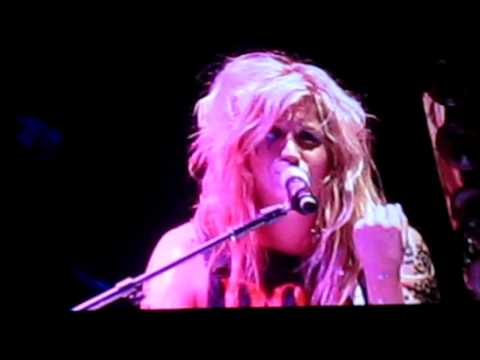 Kesha Sings To Nuno!