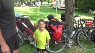 Le Camping les Plages de l'Ain interview une famille de cycliste
