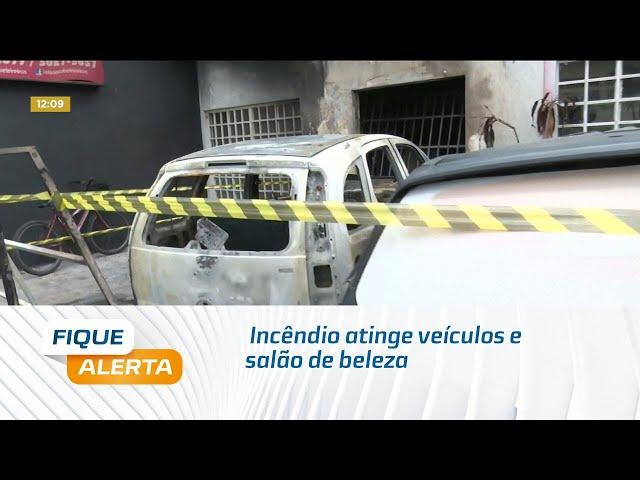 Incêndio atinge veículos e salão de beleza na Gruta de Lourdes
