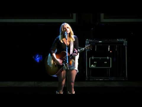 Edmonton fans sing along with Miranda Lambert