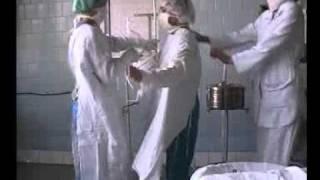 одевания халата в операционной -Dressing gown clothing in the operational