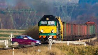 IDIOT Driver on Railroad Crossing!