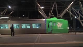 深夜の旭川駅を出発する特急宗谷キハ261系の車窓