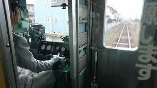 指導乗車員が乗務し、新人乗務員がハンドルを操作する、長野電鉄3500系O2編成。