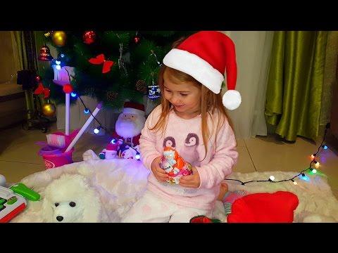 Новогодние подарки от Деда Мороза/Ищем сладкий сюрприз в новогоднем носке Киндер новогодний