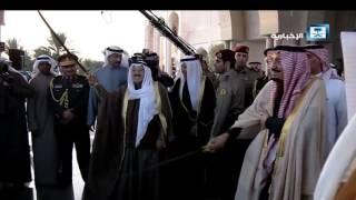 خادم الحرمين يؤدي العرضة مع أمير الكويت