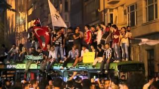 Таксим: футбольные фанаты вышли на площадь