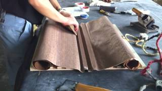 一枚のシート状にした天然木ツキ板を、凸凹リブ加工したパネルへアイロ...
