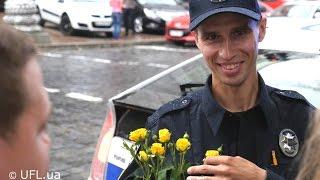 Полиция Киева. Флешмоб - киевляне дарили цветы полицейским Киева(Киевляне устроили флешмоб, и подарили новым полицейским Киева цветы, сказав слова поддержки и доверия...., 2015-07-16T09:30:29.000Z)