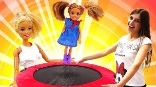 Куклы Барби иЧелси вшоу ToyClub— Ищем Челси ипрыгаем набатутах ! —Игры для девочек