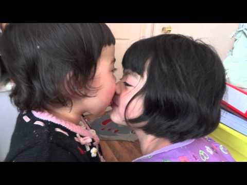 Three lesbians kiss at once !Kaynak: YouTube · Süre: 48 saniye