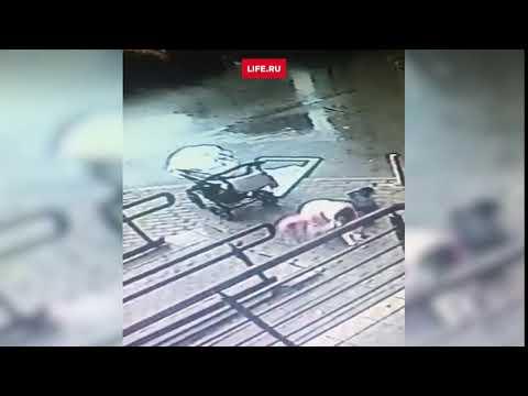 Окно упало на женщину с коляской в Москве
