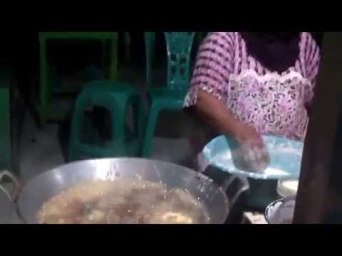 THIS IS STRANGE!A WOMAN FRYING FOOD WITH HER BARE HAND