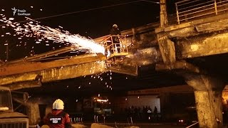 У Києві обвалилася частина огорожі на Шулявському мості