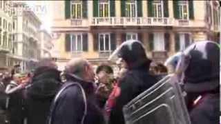 GENOVA - Manifestazione dei Forconi Carabinieri si tolgono il casco (9 Dicembre 2013)