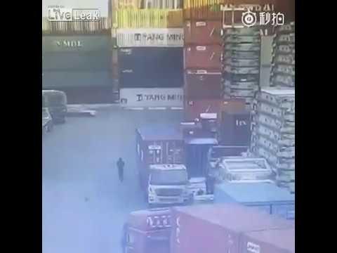 コンテナ倉庫でいきなりコンテナが崩壊して一台の車が押しつぶされる…