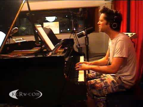 Rufus Wainwright performing