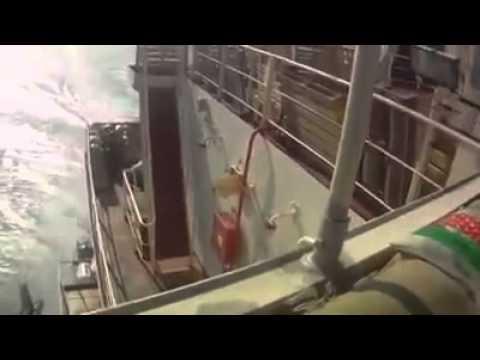 قراصنة اغبياء هجمو على سفينة نقل عملاقة مسلحه !
