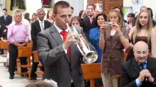 su primo sorprende a los novios tocando la trompeta en plena iglesia