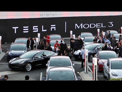 Tesla đuổi việc hàng trăm nhân viên
