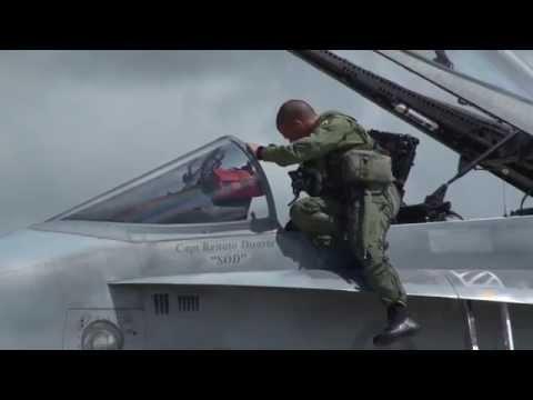 Máy bay chiến đấu Canada trình diễn như trong phim