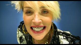 Шэрон Стоун снялась в клипе с коронками на зубах