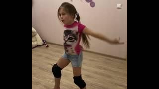 Дети танцуют. Я сама придумала танец. Нравится?