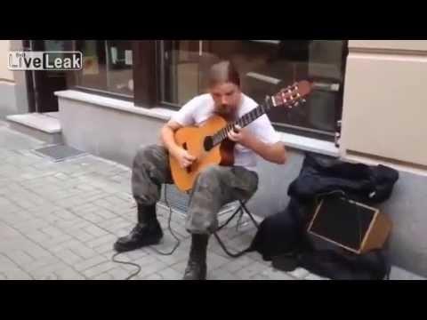 Ses hızında gitar çalan adam