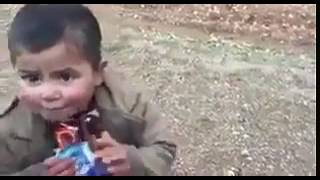 بالفيديو.. طفل سوري يتفاعل مع جندي تركي أعطاه «حلوى وشيكولاتة»