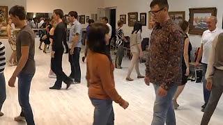 Учимся танцевать танго(В ритме танго. Воронежцы попробовали свои силы в одном из самых страстных танцев мира. Тренеры из танцеваль..., 2014-10-07T12:26:34.000Z)