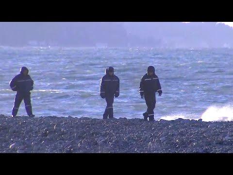 Оперативные службы Сочи и волонтеры продолжают поиски мальчиков, которых накануне унесло в море.