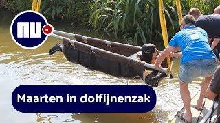 Maarten van der Weijden over de sluis getild