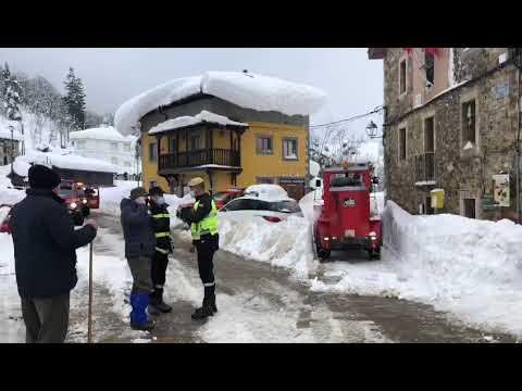 La UME abre camino en la nieve en Posada de Valdeón