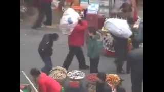 【笑撃映像】箸を使って携帯を盗む中国の窃盗犯
