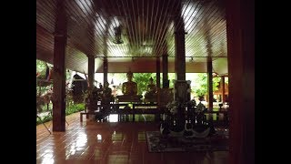 Монастырь Ват Там Вуа Тайланд  Мэйхонсон Подношение пищи монахам Wat Tam Wua Mae Hong Son Thailan
