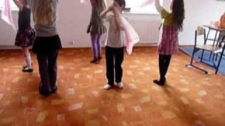 Zabawa z chustkami,  przy muzyce, rytmika dla dzieci, Delibes, Pizzicato polka,