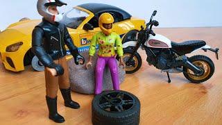 Байк с помощью домкрата помогает машинке поменять колесо