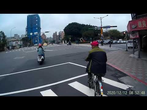 12 12 騎腳踏車狀似要從最外側車道左轉