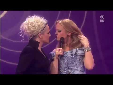 Echo 2012 Barbara Schöneberger kiss Ina Müller.mp4 - YouTube