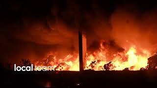 Enorme incendio a Milano in un capannone in zona Quarto Oggiaro