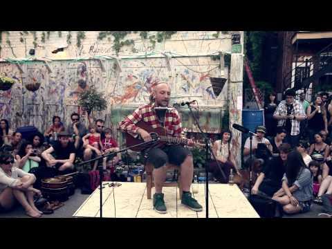 Bernard Adamus chante « Le scotch goûte le vent » dans la ruelle Modigliani