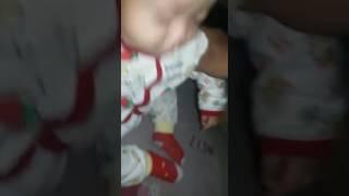 vuclip Seorang bayi yg sedang tidur dipaksa bangun, akhir'y inilah yg terjadi,...