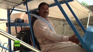 Vendedor pakistaní construye un avión con piezas de un cortacésped