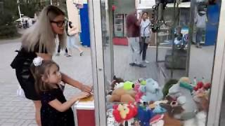 Мілана хоче дістати іграшку і намагається обіграти папу а Аерохокей.