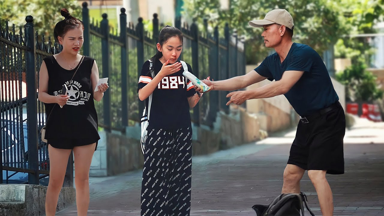 Little Girl Suddenly Gets a Nosebleed | Social Experiment 看到小女孩突然流鼻血,有人立刻从车上跑了下来(社会实验)