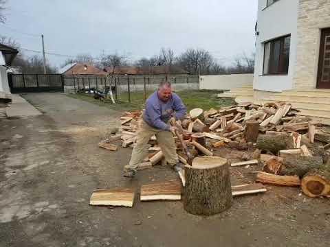 Un Emilut mai mare la spart lemne 😂😂😂