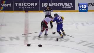 Ijshockey vechtpartij: Sean Fischer  gaat door na ingrijpen referee.